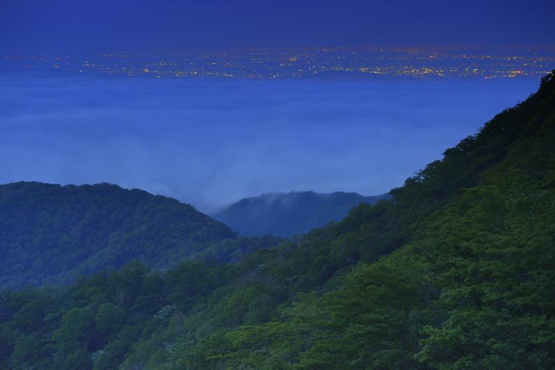 [ 雲海の上に浮かぶ街明かり ]  辺りが少し明るくなる頃、雲海と街明かりの眺望を楽しむことができました。