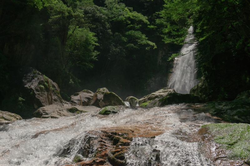 静止した滝| 主瀑と渓流瀑の2つを超高速シャッターで撮影しました。水の粒子が印象的な写真になりました。