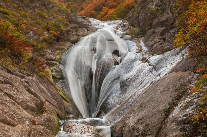 [ ユニークな滝 ]  独特な形状で知られる桃洞滝。遊歩道を4km近く歩きたどり着いたV字谷でその姿をみることができました。