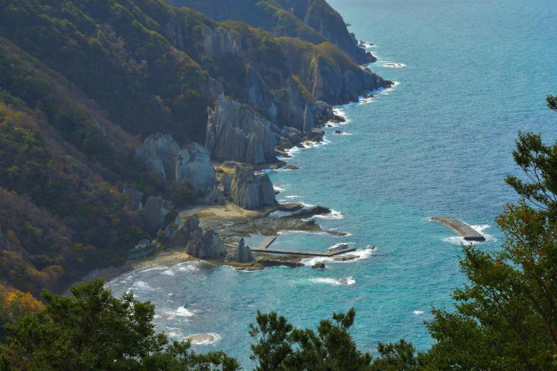 仏ヶ浦俯瞰| 展望台からはブルーの海と断崖を一望することができます。光の当たり方によっては南国の海のような美しさに。
