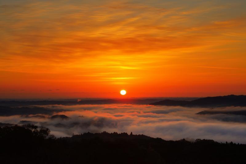 朝焼け空と雲海| 空には薄い雲が広がり、美しいグラデーションの朝焼けを見ることができました。太陽が顔を出すと雲海が動き出します。