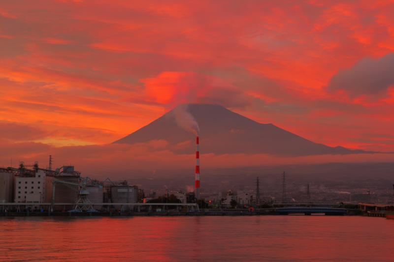 [ 田子の浦港夕焼け ]  この日は雲が多く、夕暮れが近づくにつれて空が真っ赤に染まりました。港と工場、そして雄大な富士山の絶景ポイントです。