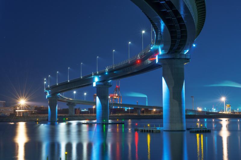 S字ラインの美しいフォルムと水面に映るライトが幻想的な夜景です。|