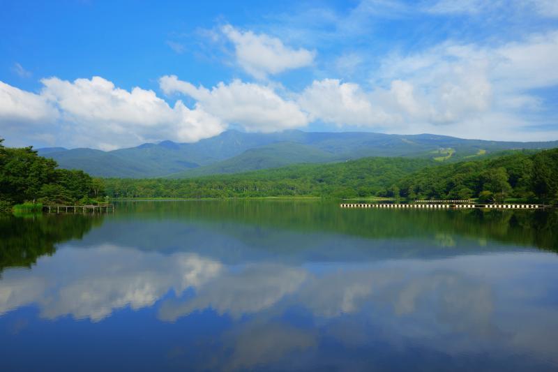 空と雲のシンメトリー| 四阿山・青空・雲が鏡のような湖面に映り込んでいました。