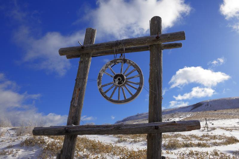 [ 車山のオブジェ ]  木製の味のある車輪。車山のシンボルとして親しまれています。