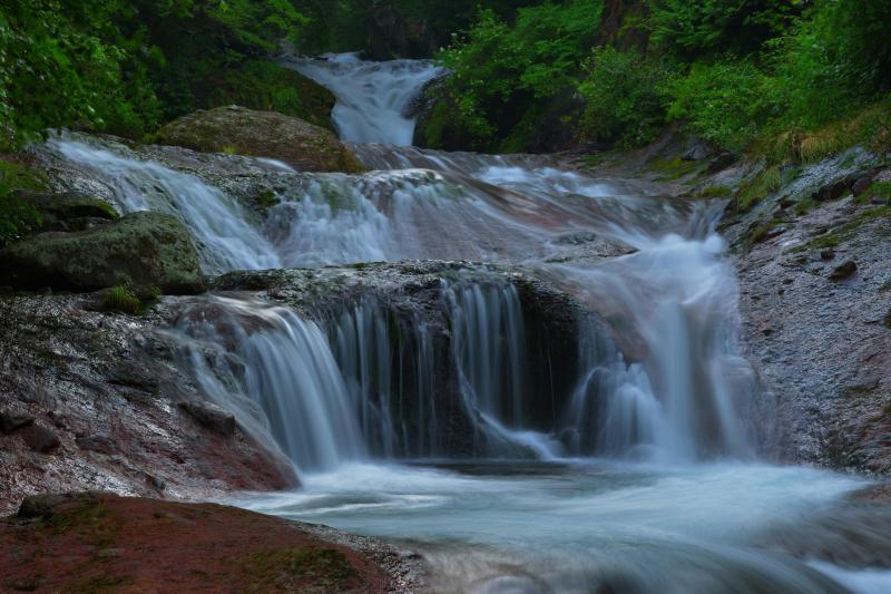 美しい滝壺| 赤褐色の岩を段々に落ちてくる水の流れ。滝壺の水の色が美しい滝です。
