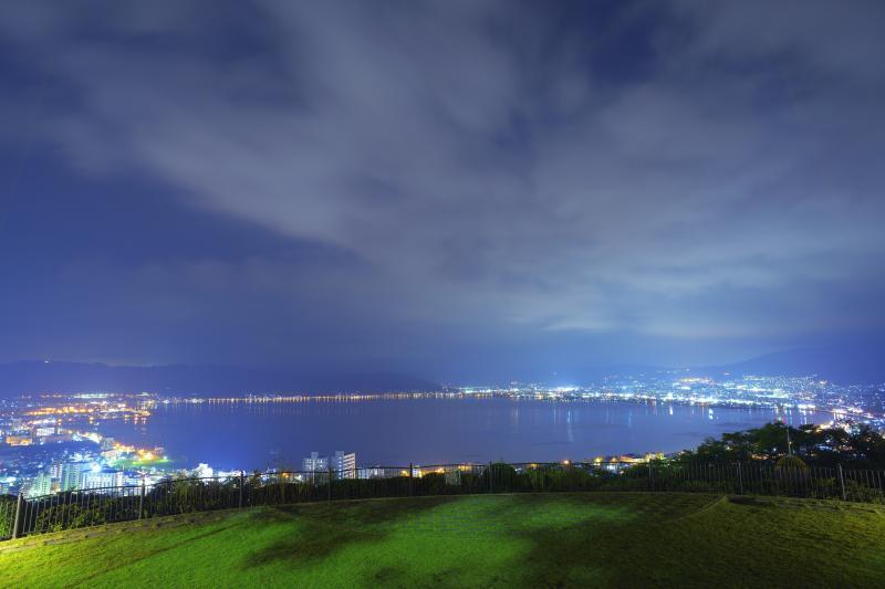 [ 諏訪湖と夜の雲 ]  諏訪湖の上空に雲が広がっていました。長秒撮影で雲の模様が面白い形に。