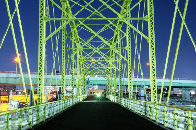 向野橋の黄色いトラス| 向野橋と名古屋高速。このトラスは明治時代に作られたものです。