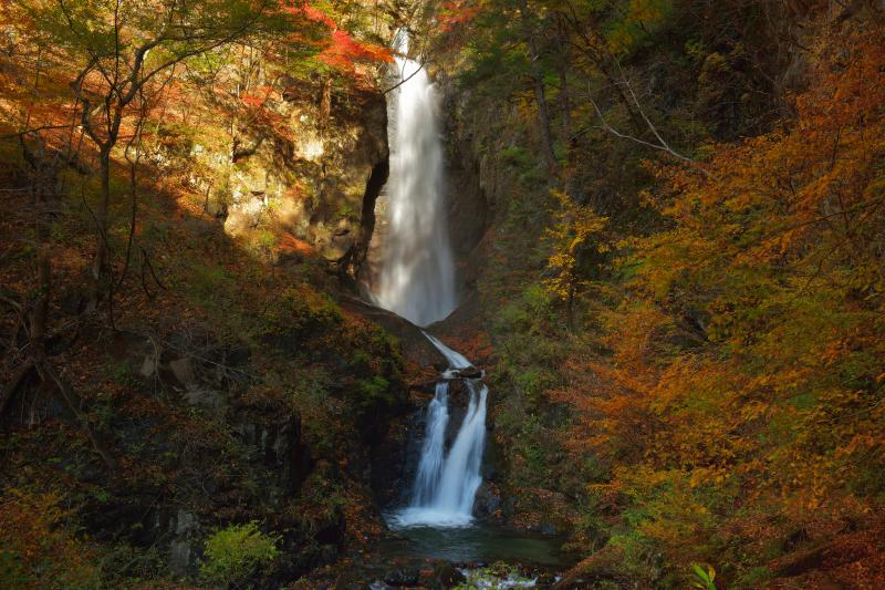 [ 板敷大滝 ]  三段の美しい滝。斜光が入り、中段の滝が輝いていました。