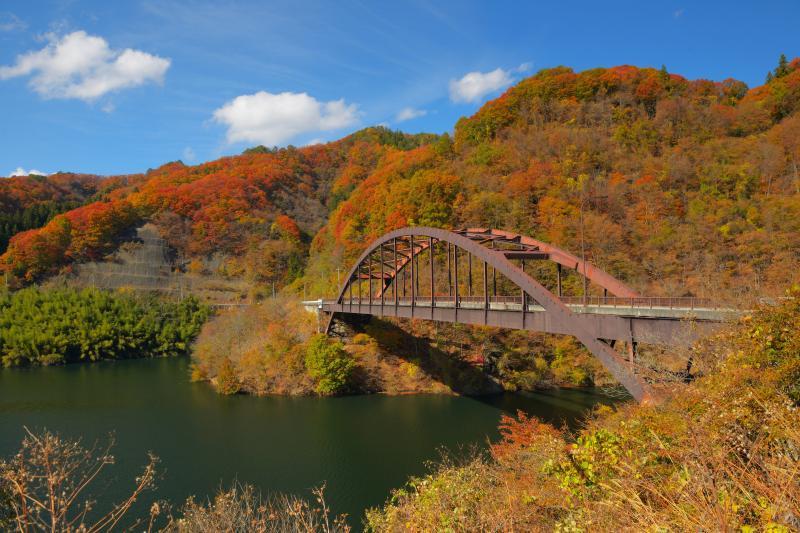 [ 紅葉アーチ橋 ]  紅葉真っ盛りの能泉湖。青空が広がり、美しい紅葉を満喫することができました。