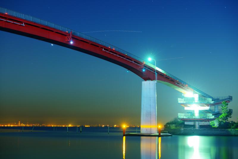 中の島大橋 夜景| 内港公園からは大橋と港の夜景を一望することができます。