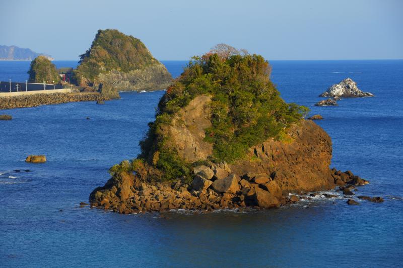青い海に浮かぶ島々| 海岸沿いを走っていると大きな島々が目に飛び込んできました。ここはサンライズスポットとして知られています。