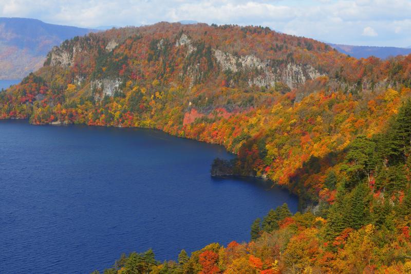 [ 紅葉半島 ]  十和田湖に突き出した半島は紅葉の衣装を纏ったように美しく、湖面はどこまでも深いブルー。