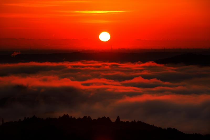 焼ける雲海| 太陽が水平線から顔を出し、雲海が赤く染まります。雲海に立体感が出て、迫力ある風景が目の前に広がっていました。