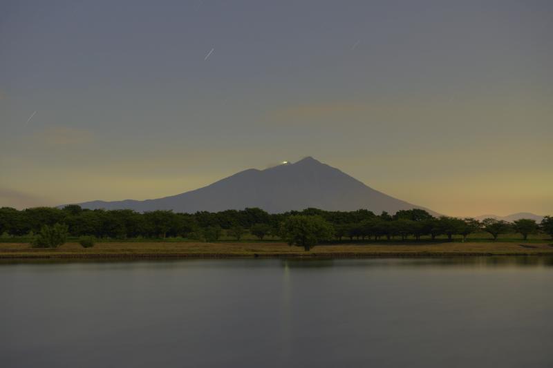 [ 月光に照らされた筑波山 ]  ダイヤモンド筑波で知られる母子島遊水地。朝焼けや月明かりの撮影スポットとしても良い場所です。