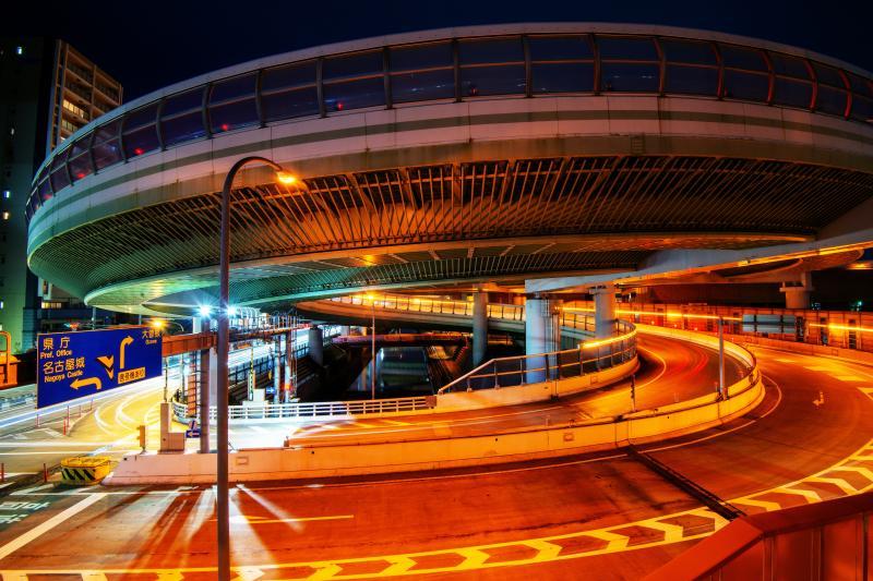 夜の大蛇| とぐろを巻く大蛇のような迫力。真横の歩道橋から眺めることができます。
