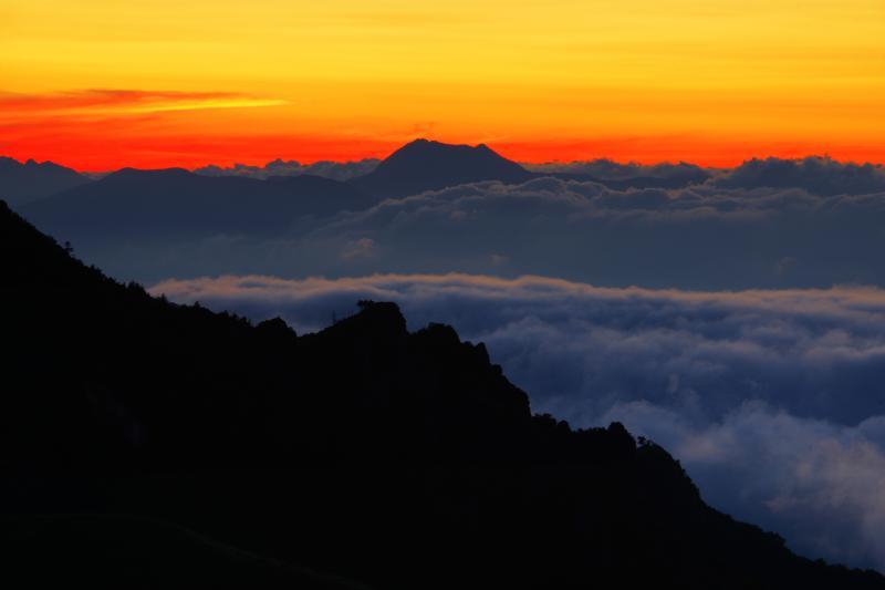 焼ける空と大雲海| 長野盆地(善光寺平)を埋め尽くす大雲海が毛無峠に迫ってきました。