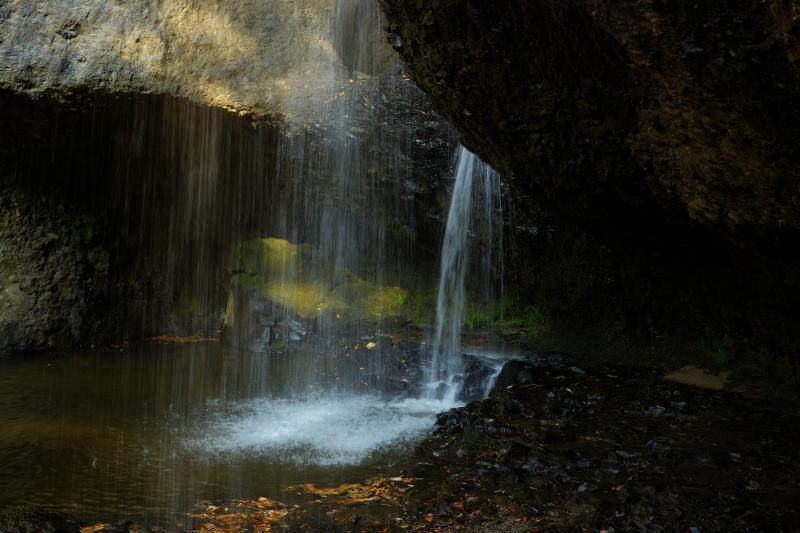 裏見の滝| 遊歩道奥のスペースから、すぐに滝の裏に行くことができます。簾のように落ちる水が美しい。