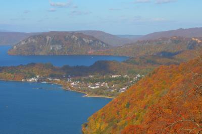 甲岳台展望台 | 手前の斜面はオレンジに紅葉していました。十和田湖はブナが多いので黄色・茶色が多いです。