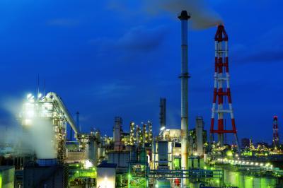 ブルーの空に映える夜景| 夕暮れ時、工場に明かりが灯り始めました。この時間帯は空の色と雲の表情に注目ですね。