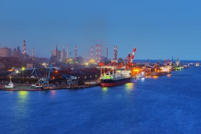マジックアワーの工場夜景| 陽が沈むと美しいブルーのグラデーションが広がり、工場が島のように見えました。