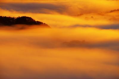 焼ける雲海| ご来光の後、強い斜光が雲海を照らし始めました。燃え上がる川のような大迫力。