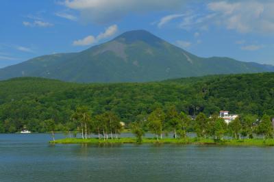 白樺湖と蓼科山  蓼科山の山麓に位置する白樺湖。山岳と湖のコラボレーション写真を撮ることができます。