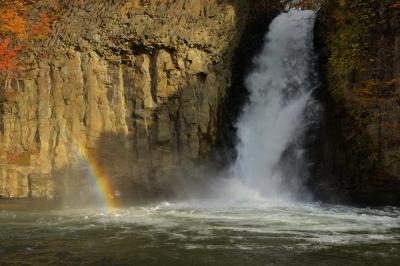 滝虹  午後3時頃には滝の左側に虹が現れました。
