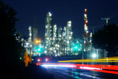 SPEED| 鹿島石油の工場が輝いています。県道を走る車の光跡が工場夜景を彩ります。
