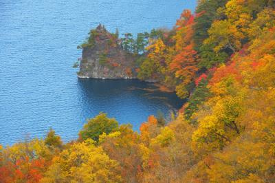 瞰湖台 紅葉| 黄色や赤の紅葉が美しい十和田湖の紅葉。光が当たると湖面がブルーに輝きます。
