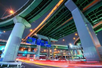 楠ジャンクション交差点| 交差点の下から高速道路を見上げるようにして撮影しました。下の道路を走る車の光跡が綺麗に入ります。