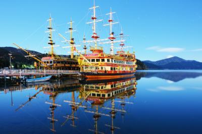 真夜中の海賊船| 冬の静かな芦ノ湖。風が無く、鏡のようになった水面に海賊船が映り込んでいました。