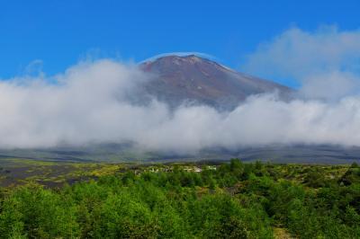 富士現る| 富士山を横切る雲の切れ間から、迫力ある山体が見えてきました。
