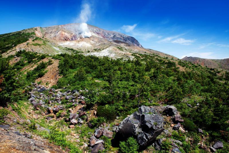 [ 噴煙 ]  山の中腹から噴煙が上がっています。