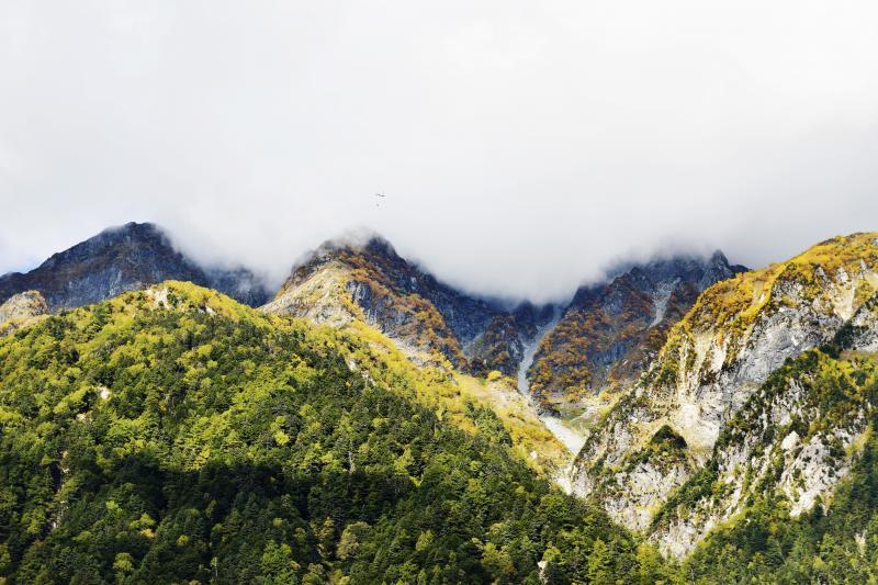 [ 明神岳とヘリコプター ]  山小屋へ物資を運ぶヘリが見えます