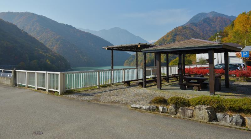 [ 大町ダム駐車場 ]  駐車場にはあずま屋があります