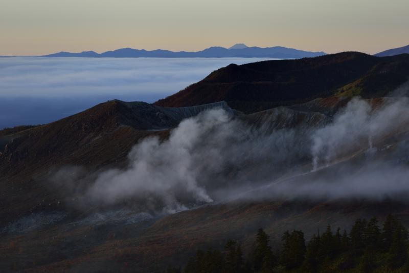 [ 噴煙と富士山 ]  草津白根から噴煙が上がります。