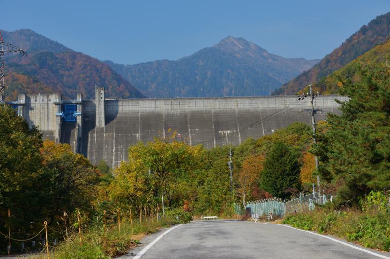 [ 大町ダムの下から ]  ダムと北葛岳が見えてきました