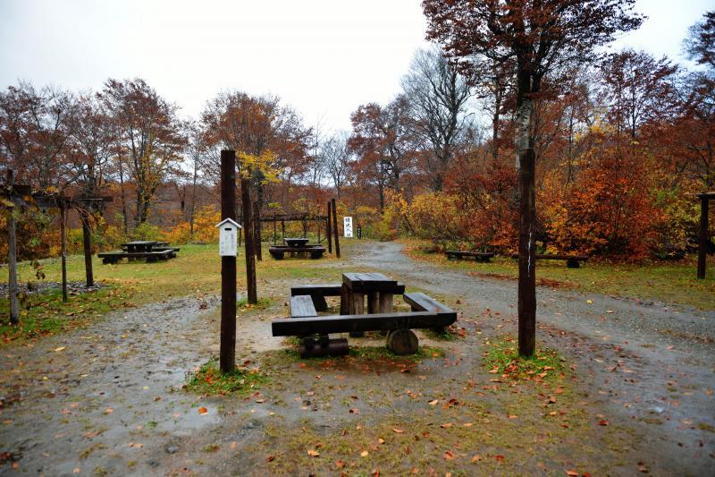[ 鎌池入口 ]  鎌池ブナ林亭の前から遊歩道に入ります
