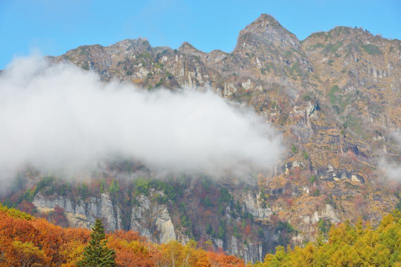 [ 戸隠連峰(西岳) ]  一番高く見えるピークが本院岳、その左側が西岳になります。