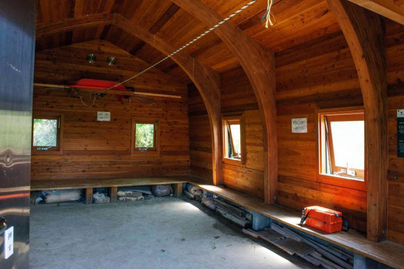 [ 避難小屋内部 ]  板張りで綺麗です