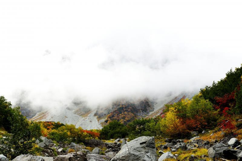 [ 雲で周りがあまり見えず ]  大きな山がありそうですが、雲で見えません