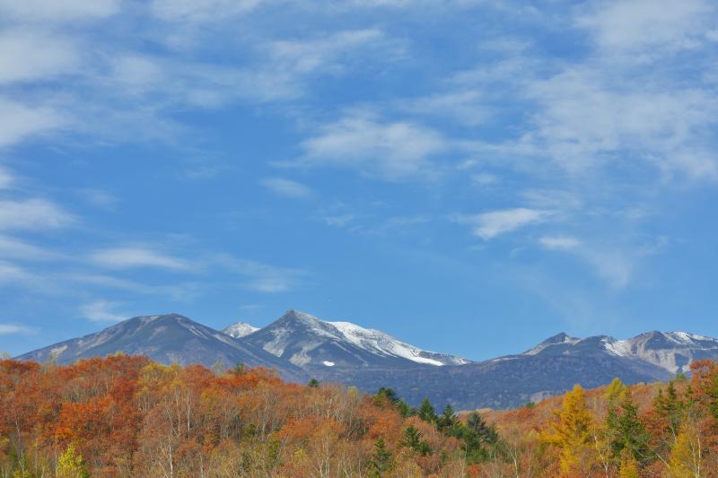 [ 乗鞍の空 ]  紅葉と乗鞍岳の上に秋の空が広がります