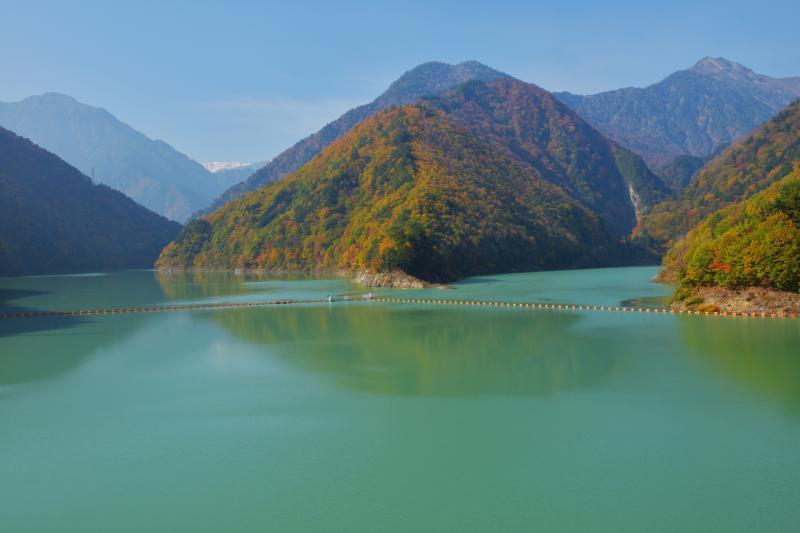 [ 大町ダムの紅葉 ]  唐沢岳・野口五郎岳が見えます