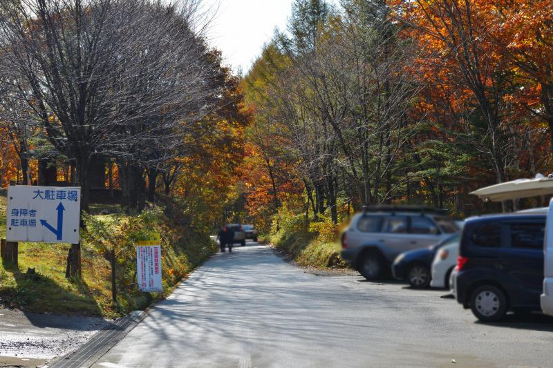 [ 鏡池駐車場 ]  池の近くに、10台程度停められる駐車場があります。
