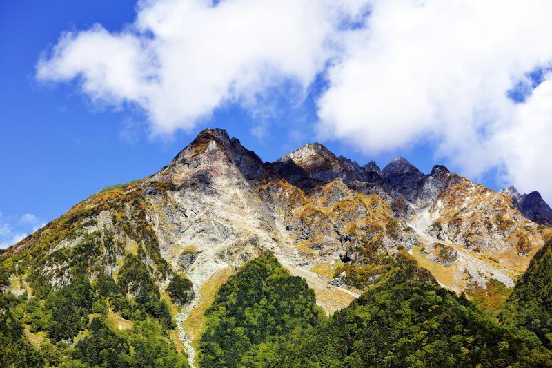 [ 明神岳全貌 ]  形の良い岩山です。