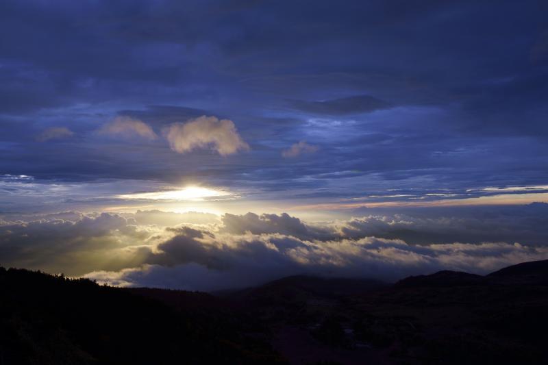 [ 雲の散策 ]  朝日に照らされた雲