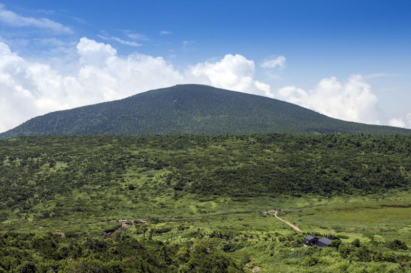 [ 東吾妻山 ]  振り返ると目の前に大きな山が