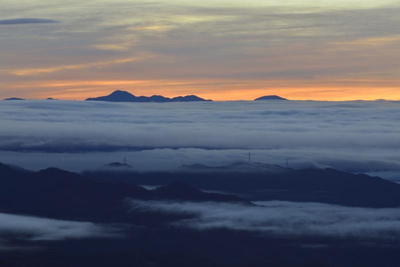 [ 天空 ]  赤城の山々が雲海から頭を出しています。