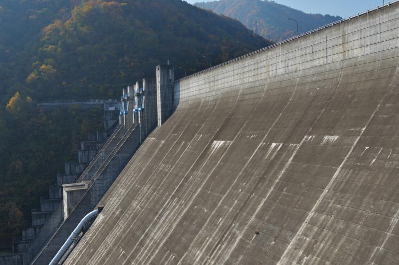 [ ダム堤 ]  大規模なダムの迫力があります。